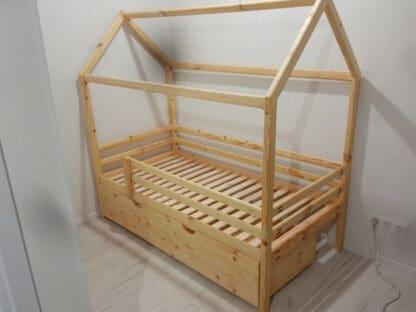 Детская односпальная кровать-домик.